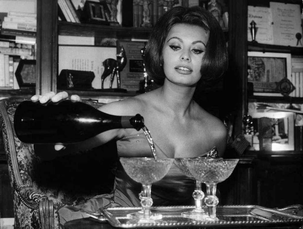 Sophia Loren fills Champagne coupes
